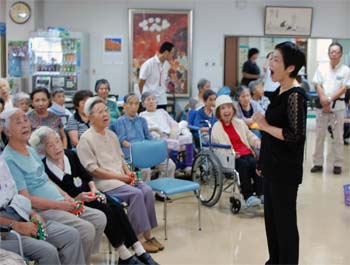 特別養護老人ホーム【愛光苑】音楽療法の様子写真